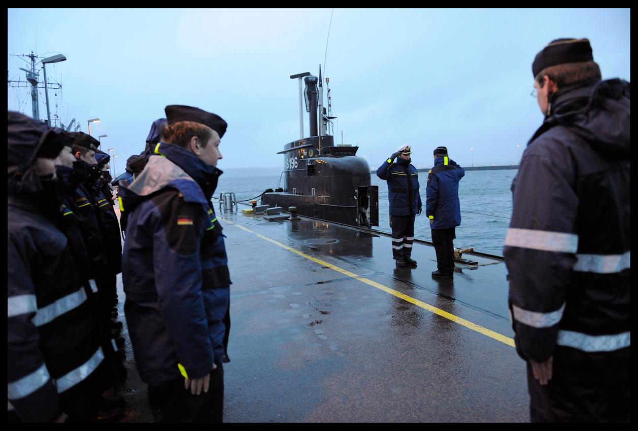 """Im Kieler Hafen schwört U-Bootkapitän Frederic Strauch (32) seine Mannschaft auf den letzten Einsatz der Mission """"Operation Actice Endeavour"""" in der Nordsee ein. Seit Januar ist die Besatzung nun schon im Anti-Terror-Einsatz der Nato, bevor sie heute nach mehr als hundert Tagen auf See wieder im Heimathafen Eckernförde einläuft."""