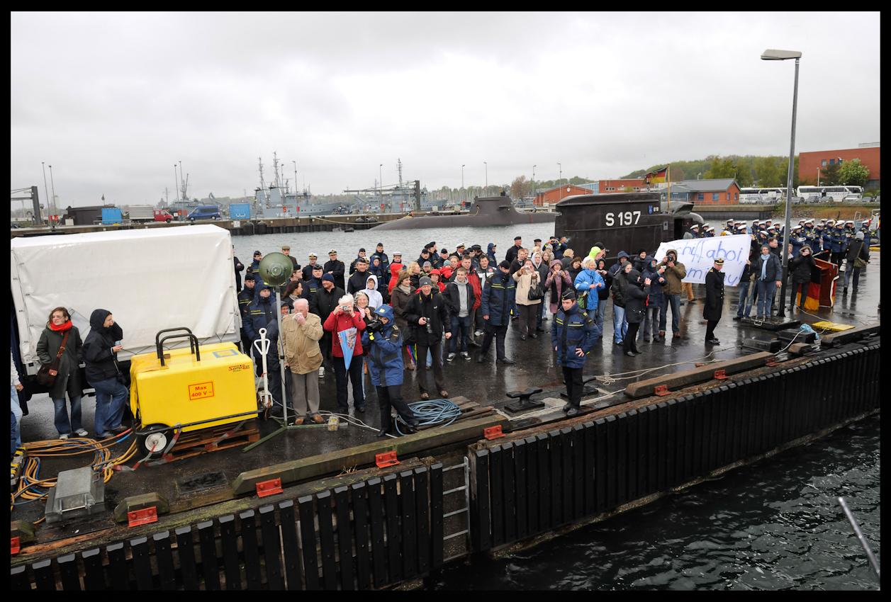 """Nach mehr als hundert Tagen Anti-Terror-Einsatz kehrt das Marine-U-Boot mit dem Namen U17 zurück in den Heimathafen Eckernförde, wo die Familienangehörigen schon sehnsuchtig auf ihre Liebsten warten. Die 25 Marine-Soldaten hatten mit ihrem 35 Jahre alten U-Boot seit Januar am Anti-Terror-Einsatz ,,Active Endeavour"""" im Mittelmeer und mehreren Manövern teilgenommen."""