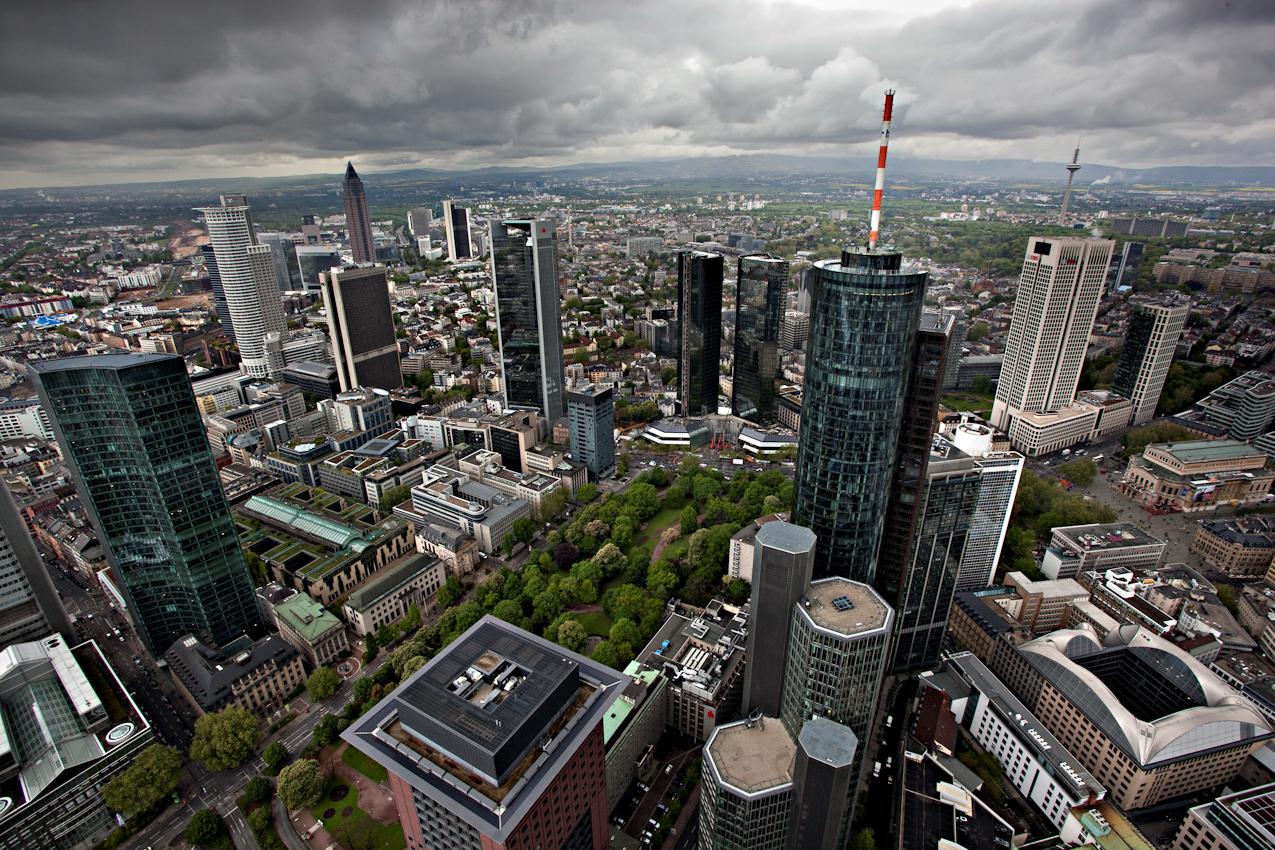"""Der Austausch des Markenlogos am Westturm der Commerzbank Zentrale in Frankfurt am Main ist verschoben, da auf 258 m Hoehe, seit dem 13.April Wanderfalken ihren Nachwuchs brueten. Die geschluepften Kueken werden einmal woechentlich vom Leiter der technischen Betriebsfuehrung Herrn Michael Sauer aufgesucht und dokumentiert. Ansonsten ruhen alle Arbeiten an diesem Turm bis zum Abzug der Falken.  Blick auf das Banken Viertel  aus der """"Falken Perspektive"""" vom Westturm aus."""