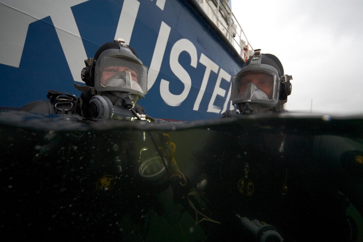 Neustadt in Holstein, Lübecker Bucht, Ostsee. 7.5.2010  --  Küstenwache im Einsatz auf der Ostsee. Die Bundespolizei ist ein Teil der deutschen Küstenwache. Im Hafen von Neustadt trainiert die Tauchergruppe der Bundespolizei an einem Schiffsrumpf.
