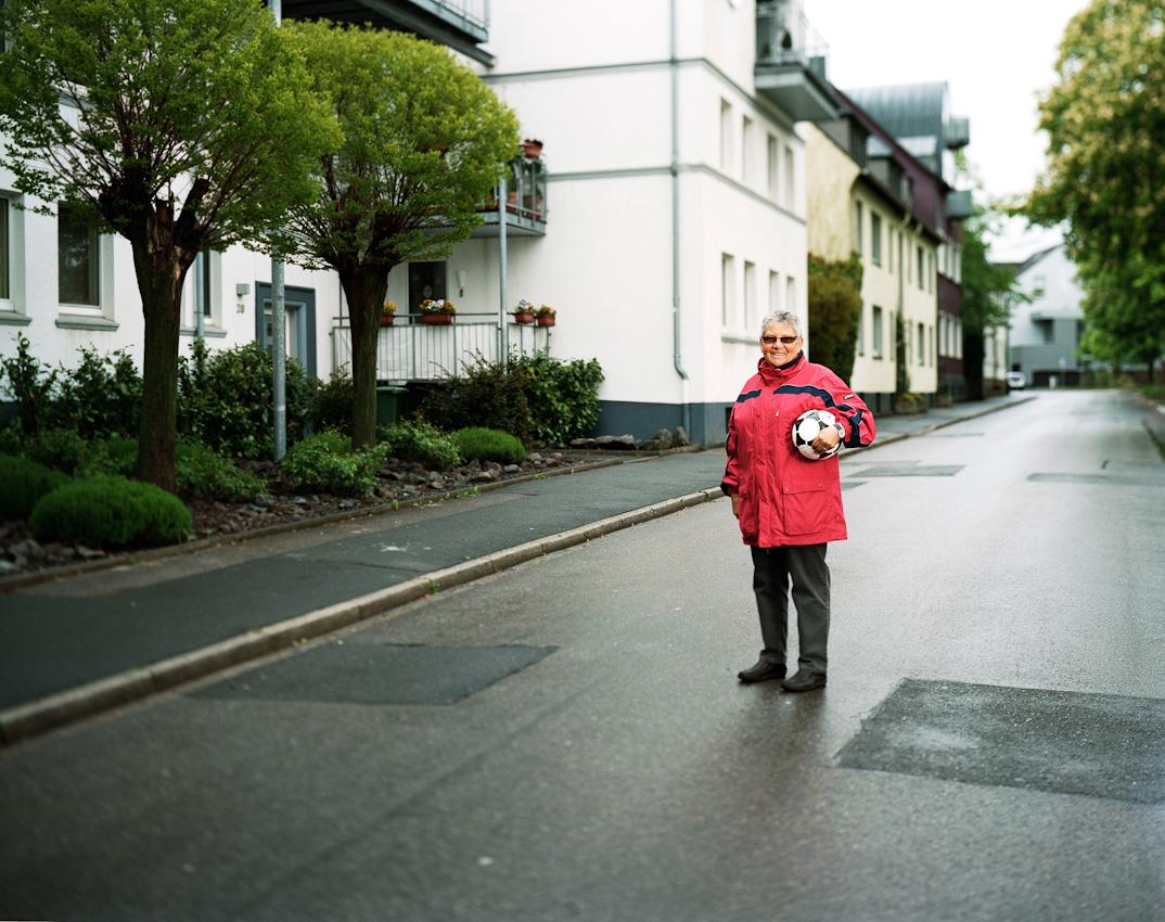 """""""Pionierinnen des deutschen Frauenfussball""""  ist ein Buch und - Ausstellungsprojekt von Gunther Bauer zur Frauenfussball-Weltmeisterschaft 2011 für das Persönlichkeiten, die in einem ganz besonderen Zusammenhang zum Frauenfussball stehen oder standen, portraitiert werden. Margarete Eisleben, geboren 1942 , begann ihre Fussballkarriere mit den Jungs auf der Strasse vor ihrem Elternhaus in Schwerte.  Der Besuch des Bruders von A. Droste, dem Trainer von Fortuna Dortmund, bei ihren Eltern überzeugte letztendlich auch ihre Mutter. So wurde Grete mit 15 Jahren das Küken des Damenfussballteams Fortuna Dortmund und der inoffiziellen deutschen Nationalmannschaft.  1965 endete ihre Fussballkarriere mit der Auflosung des Vereins Fortuna Dortmund und dem letzten Länderspiel der Nationalmannschaft in Schwerte das nach 0:3 Pausenruckstand noch mit 5:3 gewonnen wurde."""