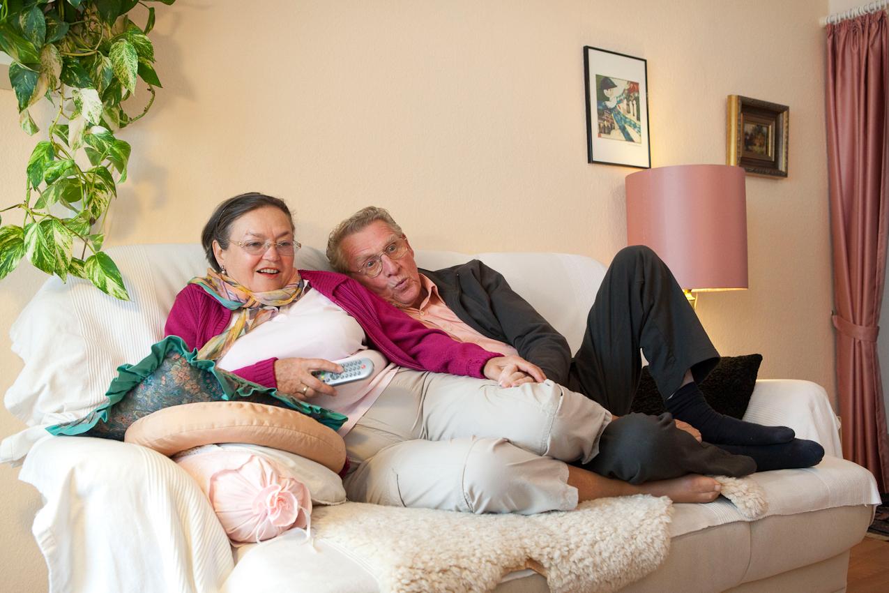 """Elizabeta (68 Jahre) und Karl-Willi (79 Jahre) aus Frankfurt/Main sind frisch verliebt. Sie sind seit zwei Jahren ein glückliches Paar und vor drei Monaten zusammengezogen. Sie genießen ihr gemeinsames Rentnerdasein in vollen Zügen: Sie sind sehr aktiv, gehen gern zu kulturellen Veranstaltungen und gehen regelmäßig tanzen. Beim Fernsehen hängen sie immer aufeinandern und sie halt ihm die Hände warm. Zitat Elizabetha: """"Wenn wir auf der Couch sitzen, dann hängen wir meistens aufeinander. Und wir halten uns ganz oft die Hände. Durch die Medikamente hat er ganz oft sehr kalte Hände, dann nehme ich sie und wärme sie ihm."""""""