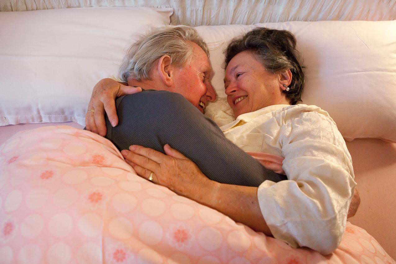 """Elizabeta (68 Jahre) und Karl-Willi (79 Jahre) aus Frankfurt/Main sind frisch verliebt. Sie sind seit zwei Jahren ein glückliches Paar und vor drei Monaten zusammengezogen. Sie genießen ihr gemeinsames Rentnerdasein in vollen Zugen: Sie sind sehr aktiv, gehen gern zu kulturellen Veranstaltungen und gehen regelmäßig tanzen. Zärtlichkeiten und Sex sind für sie so wichtig wie eh und je. Morgens kuscheln sie am liebsten und ausgiebig. Zitat Elizabetha:  """"Ich habe das so gerne, wenn er bei mir liegt und mich drückt und streichelt. Das fängt schon morgens im Bett an! Dann umarmt er mich ganz fest und knabbert mir an den Armen. Nähe ist fur mich ein Stück Ehrlichkeit. Es muss nicht immer Sex sein, das geht ja vielleicht irgendwann sowieso nicht mehr. Aber wenn keine Zärtlichkeit da ist, dann fehlt was."""""""