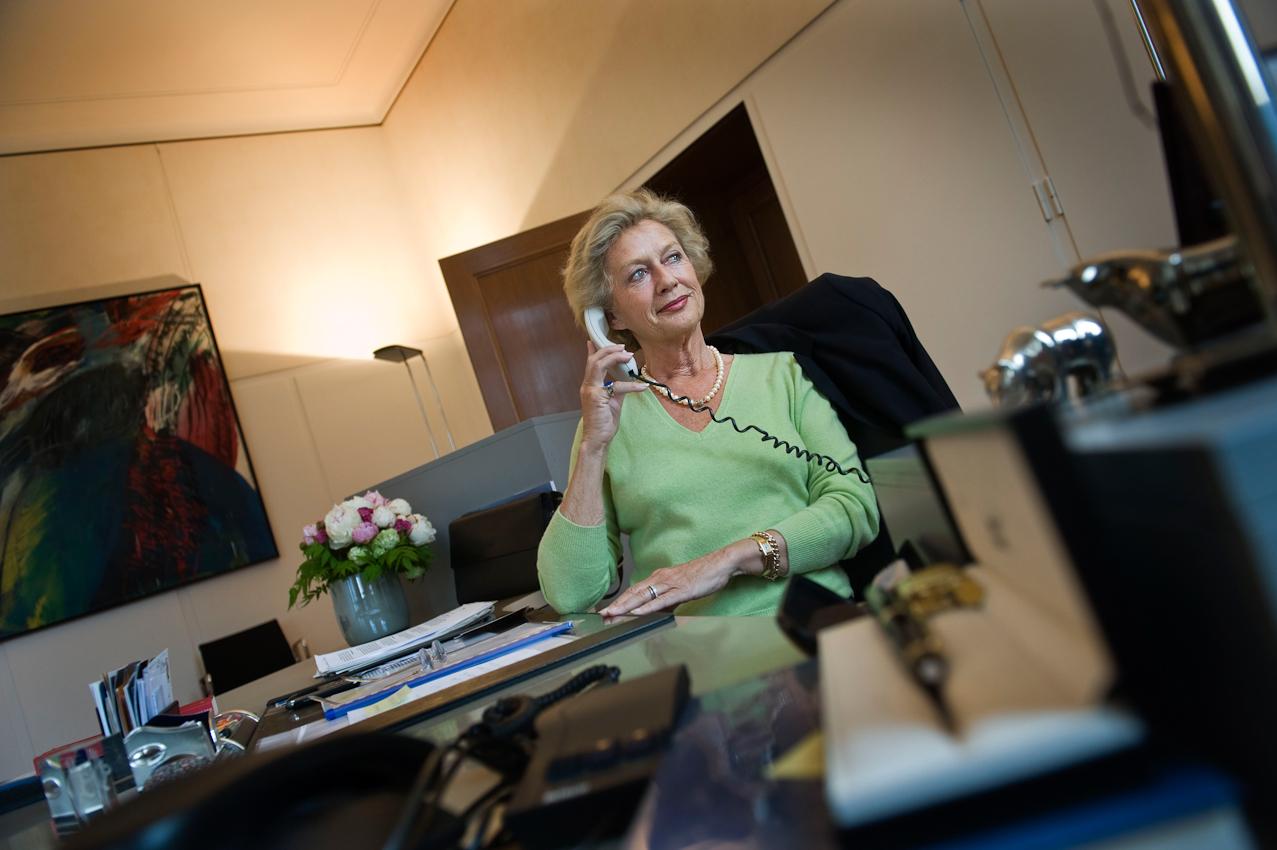 Petra Roth, CDU, Oberbürgermeisterin der Stadt Frankfurt am Main macht eine kurze mittägliche Pause an ihrem Schreibtisch im Oberbürgermeisterburo im Römer in Frankfurt am Main am Freitag, 07.05.2010 und führt ein privates Telefongespräch. Römer heißt das Rathaus in Frankfurt am Main. Nach eigenem Bekunden mache Frau Roth eigentlich überhaupt keine Pausen im Laufe eines Arbeitstages - dazu fehle ihr die Zeit - aber wenn sich überraschend kleine Unterbrechungen im Tagesverlauf ergeben, führe sie sehr gern kurze Telefonate mit der Familie; das entspanne sind ausserordentlich.