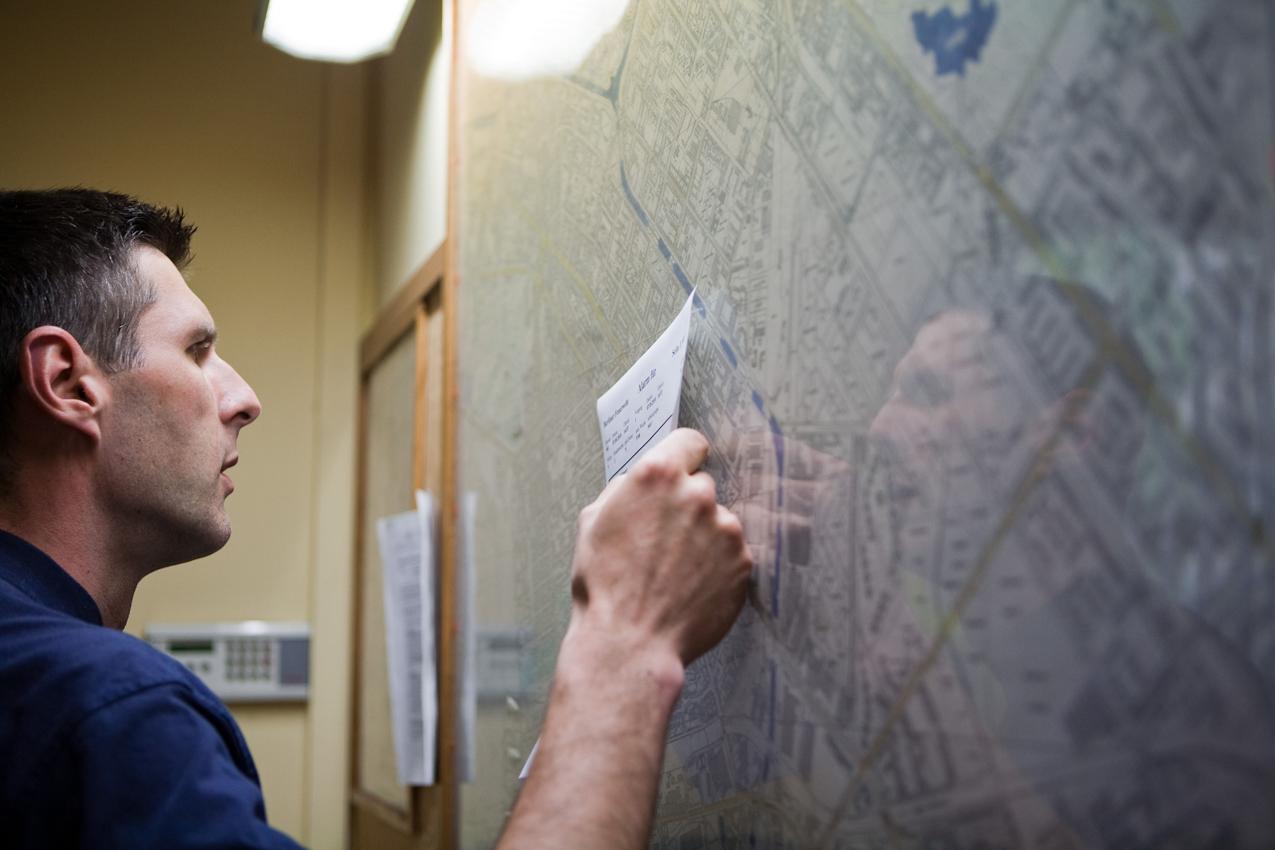 Nach dem Eingang eines Alarms wird auf dem Stadtplan, der das gesamte Einsatzgebiet der Feuerwache Neukölln zeigt, der Einsatzort und die günstigste Route ermittelt.