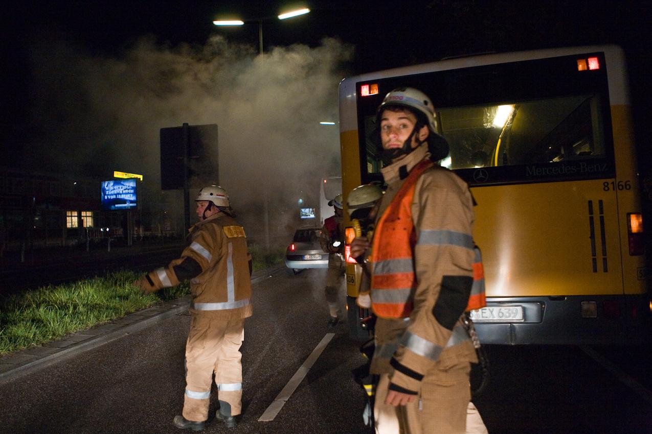 Nachdem ein Bus aufgrund eines Motorschadens auf einer stark befahrenen Straße in Berlin liegen geblieben ist, wird die Hindernisstelle durch die Feuerwehr gesichert und der weitere Verkehr geregelt.