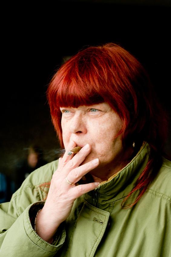 Die Patienten Britta Schmidtkowski gönnt sich eine Zigarette vor dem Vivantes-Klinikum am Urban in Berlin-Kreuzberg.
