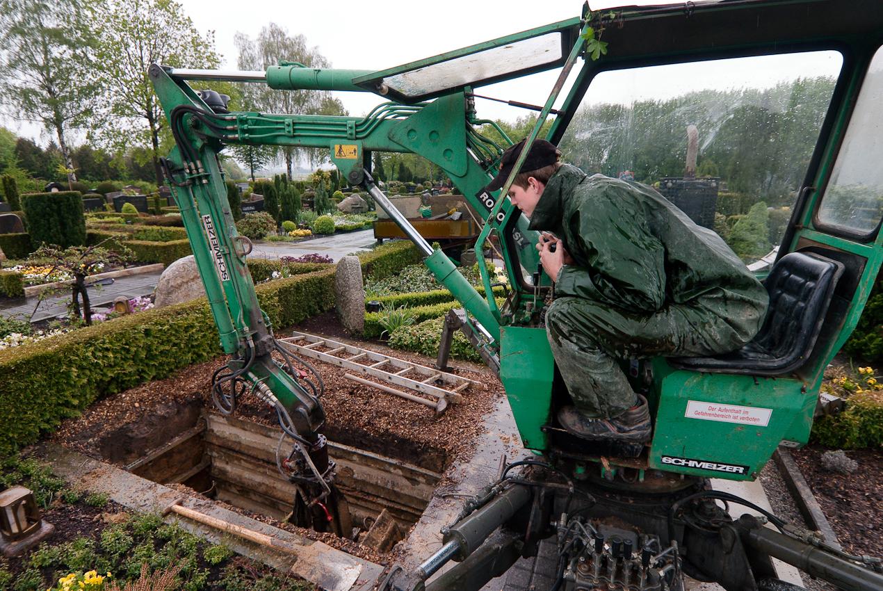 """Ein Tag Deutschland, 07.05.2010, 59329 Wadersloh, NRW:  Grabaushebung auf dem Friedhof in Wadersloh: """"Einer muss es ja machen."""""""