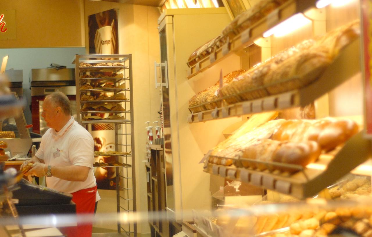 Heidelberg, Hauptstraße, früher Morgen, die Regale in der Bäckerei werden aufgefüllt
