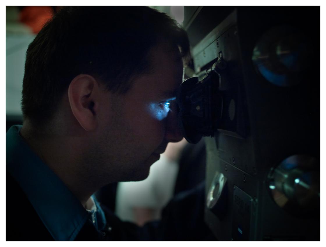 U33, modernstes U-Boot der Baureihe 212 A der Bundeswehr auf einer Ausbildungsfahrt von Oslo nach Eckernförde, im Fotozeitraum in deutschen Gewässern. Das Periskop ist das einzige optische Hilfsmittel das den U-Bootfahrern bleibt. Hiermit wird bei Überwasserfahrt und bei Fahrt auf Periskoptiefe regelmäßig die Umgebung kontrolliert, Peilungen zu Schiffen und Landmarken aufgenommen.