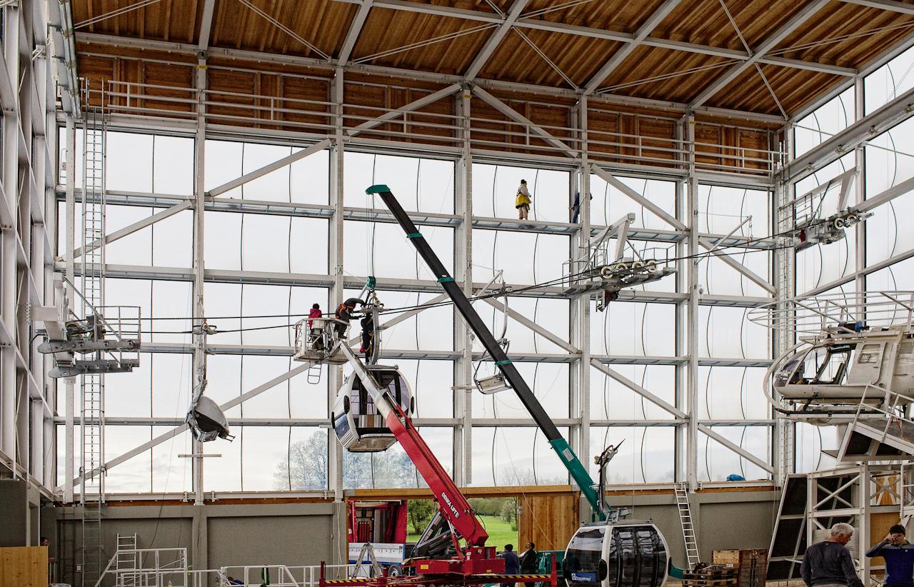 Am 07.05.2010 werden im Zentrum fuer Sicherheit und Ausbildung der Bergwacht Bayern in Bad Toelz Gondeln und Lifte installiert. In der Halle koennen Rettungssituationen geuebt werden.