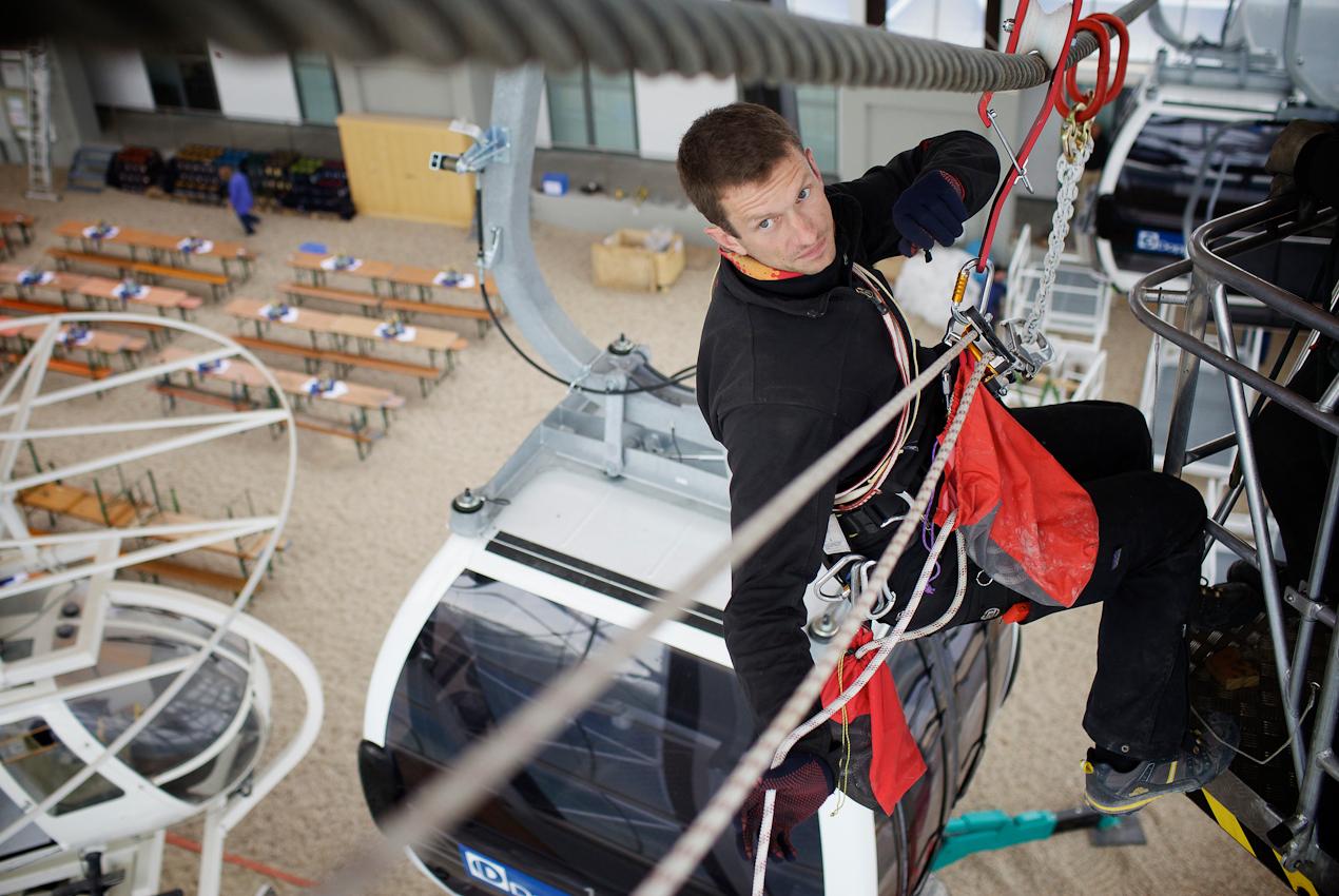 Am 07.05.2010 werden im Zentrum fuer Sicherheit und Ausbildung der Bergwacht Bayern in Bad Toelz Gondeln und Lifte installiert. In der Halle koennen Rettungssituationen geuebt werden. Klaus Opperer hat die Gondelanlage geplant und hilft bei der Installation.