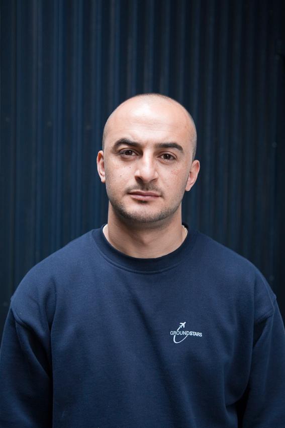 Flughafen Hamburg-Fuhlsbüttel/ Vorfeld. Tacim Aldogan ist uber die Zeitarbeitsfirma MSP bei der Firma Groundstars beschäftigt. Er ist zuständig für die Gepäckbeförderung sowie die Be- und Entladung der Flugzeuge.