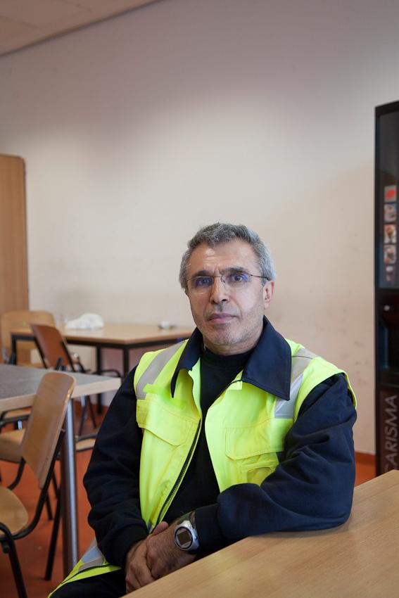 Flughafen Hamburg-Fuhlsbüttel/ Aufenthaltsraum Gepäckabfertigung. Ali Demir ist bei der Firma Groundstars beschäftigt. Er ist zuständig für die Gepäckbeförderung sowie die Be- und Entladung der Flugzeuge.