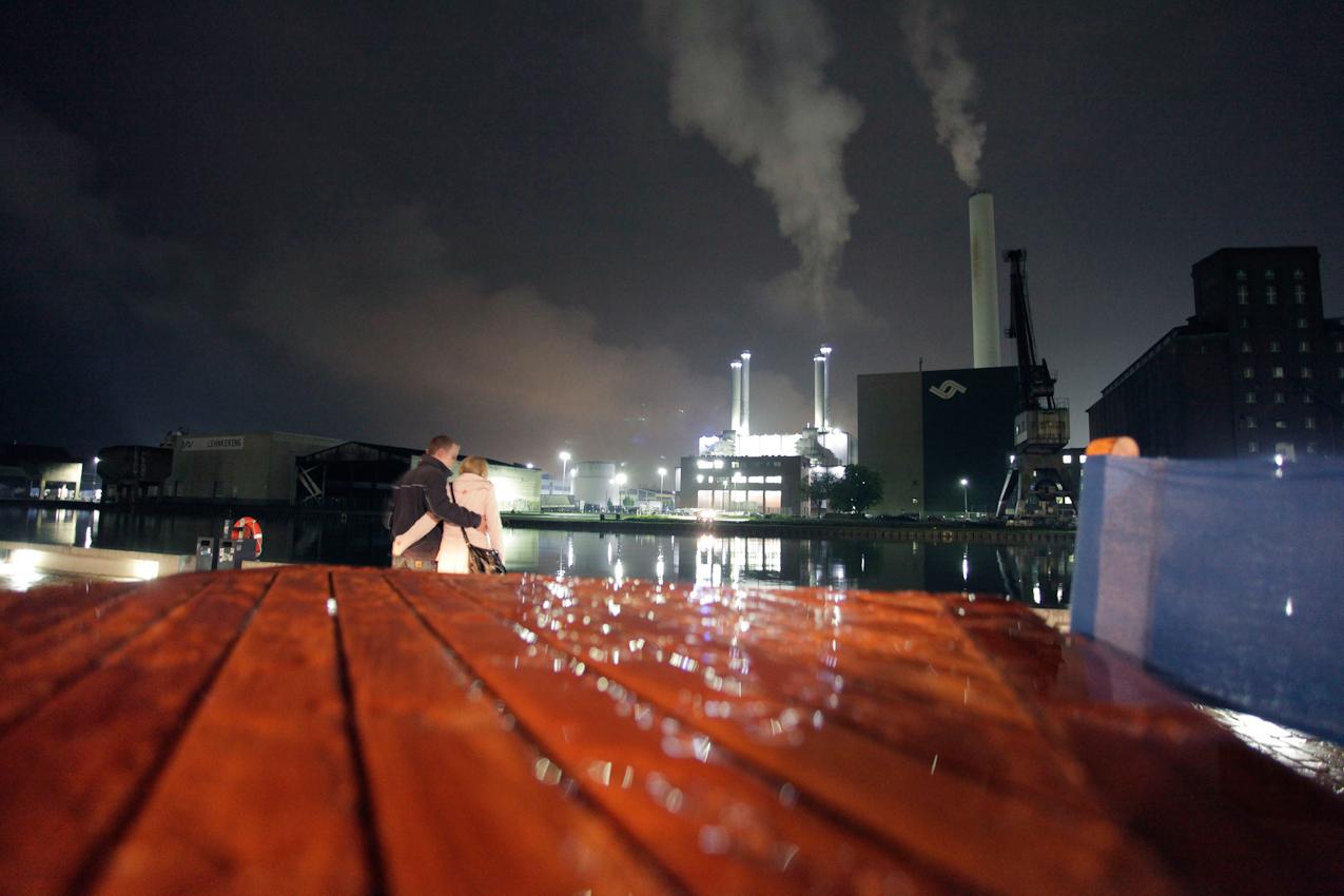 Am Kreativkai im Hafen von Münster hat man einen Blick auf die wenigen noch verbliebenen Industrieanlagen. Gegenüber hat sich neben Agenturen und Unternehmen eine lebendige Kneipen- und Gastronomieszene angesiedelt.