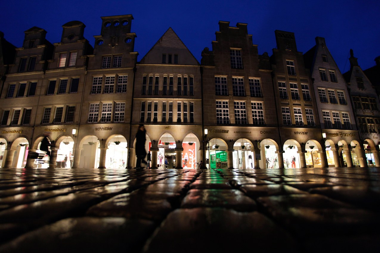 Die Giebelhäuser am Prinzipalmarkt in Münster in abendlicher Beleuchtung.