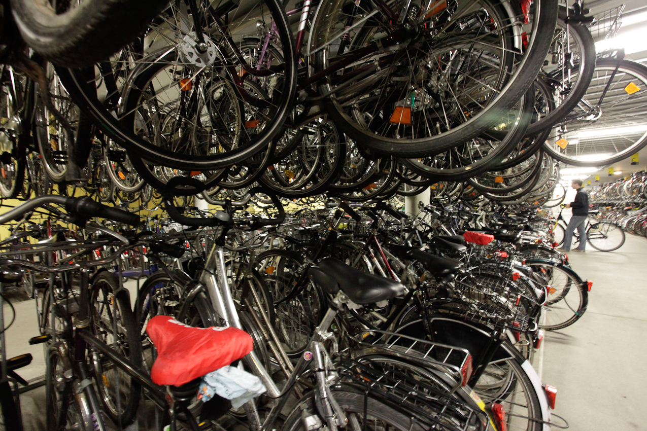 In der Radstation, dem Fahrradparkhaus am Hauptbahnhof in Münster, können bis zu 3.000 Fahrräder geparkt werden.