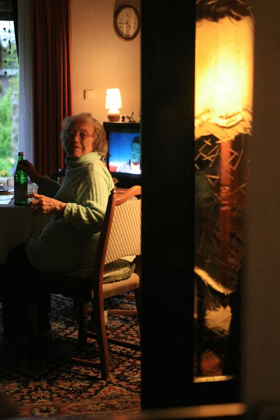Hedwig Hansen sitzt in ihrem Wohnzimmer in ihrem Haus in Tönning und sieht fern. Der Kontakt zur Außenwelt.