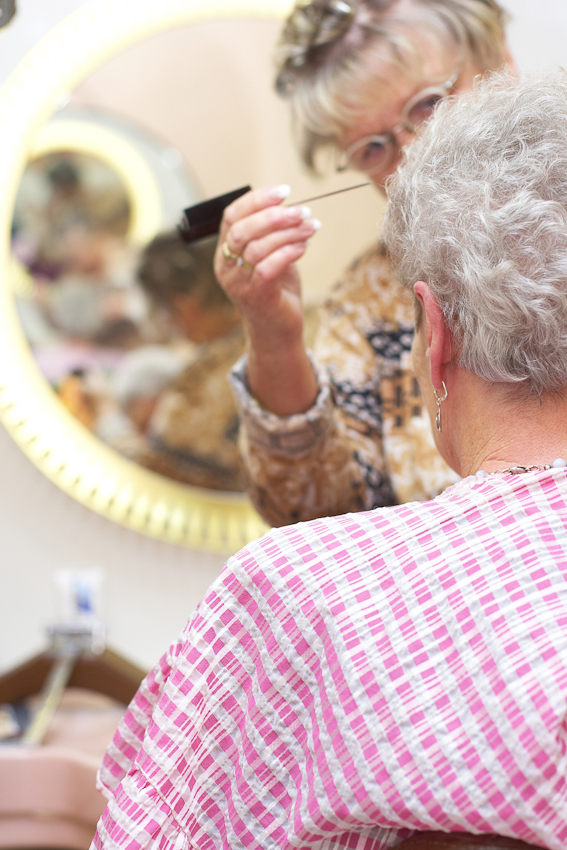 """Christa Wachowski legt letzte Hand an die neue Dauerwelle. In ihrem Damen- und Herren- Salon ,,Die Haarsträhne"""" bedient sie uberwiegend Stammkundschaft - wie hier Frau Krause. 07.05.2010, 12:10, DEU, Deutschland, NRW, Dortmund, Münsterstraße 71: Im Damen- und Herren- Salon ,,Die Haarsträhne"""" im Dortmunder Norden scheint die Zeit in den 60er Jahren stehen geblieben zu sein. In einer Zeit als der """"Pott noch kochte"""" und die Münsterstraße die Amüsiermeile des keinen Mannes war. Heute ist der Dortmunder Norden ein Stadtteil mit hoher Arbeitslosigkeit, hohem Migrantenanteil und hohem Ladenleerstand."""