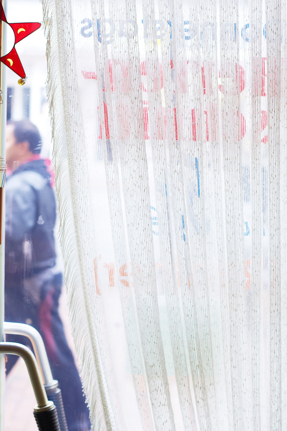 """Ballonseide mit Goldkettchen bestimmen heute das modische Straßenbild vor dem Damen- und Herren- Salon ,,Die Haarsträhne"""" von Christa Wachowski. 07.05.2010, 12:10, DEU, Deutschland, NRW, Dortmund, Münsterstraße 71: Im Damen- und Herren- Salon ,,Die Haarsträhne"""" im Dortmunder Norden scheint die Zeit in den 60er Jahren stehen geblieben zu sein. In einer Zeit als der """"Pott noch kochte"""" und die Münsterstraße die Amüsiermeile des keinen Mannes war. Heute ist der Dortmunder Norden ein Stadtteil mit hoher Arbeitslosigkeit, hohem Migrantenanteil und hohem Ladenleerstand."""