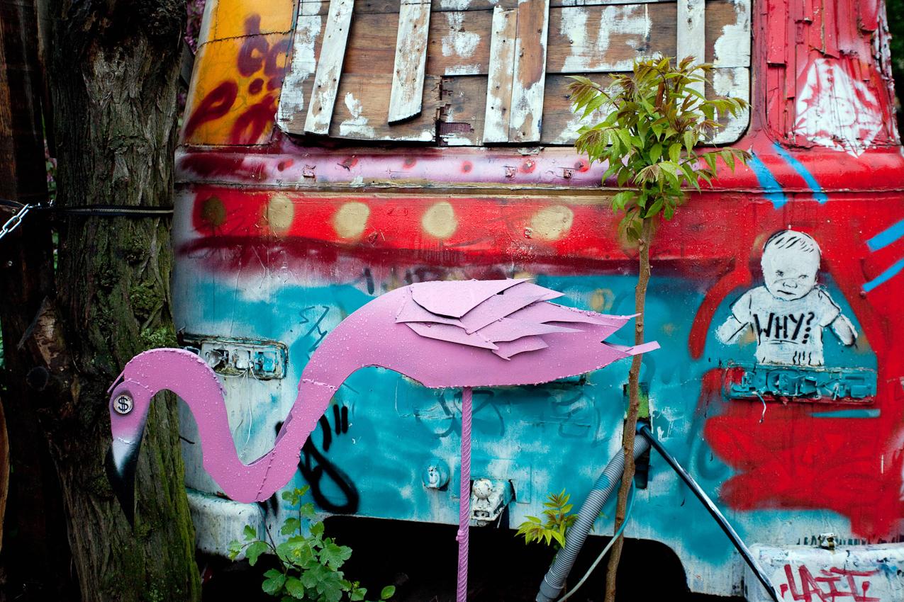 Das Kunsthaus TACHELES in Berlin ist seit 20 Jahren ein Brennpunkt fur aktuelle Kunst und Theaterevents; Nun droht den Tacheles-Künstlern die Räumung, denn nach Plänen der Fundus-Gruppe soll das Gelände in ein Luxusareal umgewandelt werden. HIER: frühmorgens (06:15) auf der Freifläche hinter dem Tacheles: Ein Stilleben aus Kunst und Pflanzen.;