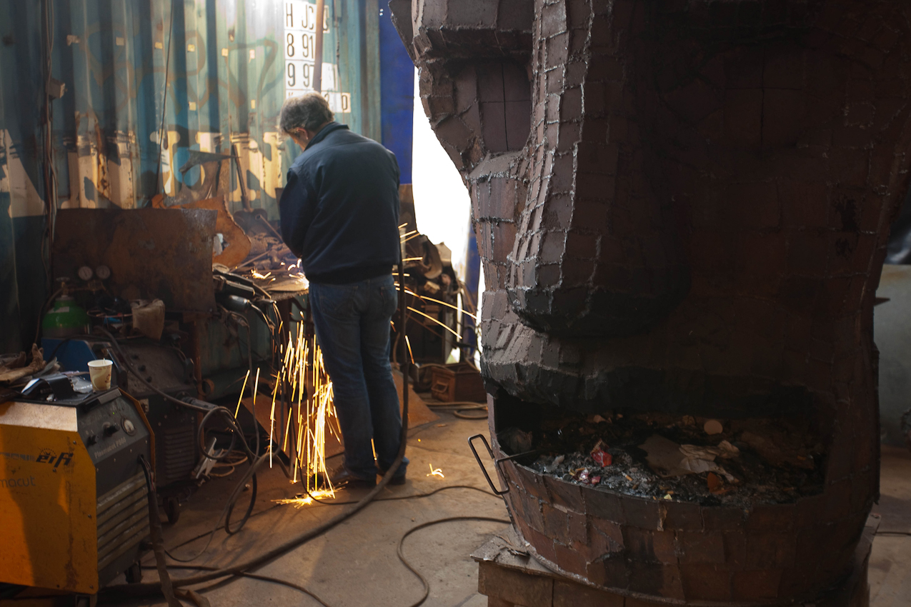 Das Kunsthaus TACHELES in Berlin ist seit 20 Jahren ein Brennpunkt fur aktuelle Kunst und Theaterevents; Nun droht den Tacheles-Künstlern die Räumung, denn nach Plänen der Fundus-Gruppe soll das Gelände in ein Luxusareal umgewandelt werden. HIER: Metallkünstler (12:40) des Tacheles beim Schweißen einer Skulptur in einem Zelt auf der Freifläche hinter dem Hauptgebäude.
