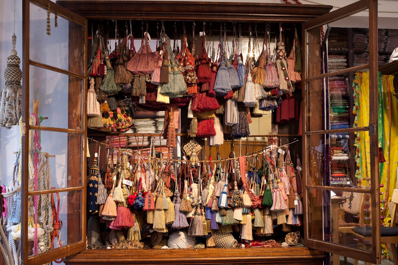 Seit 1865 fertigt das Geschäft Posamenten-Müller in München in traditioneller Handwerkstechnik Kordeln, Borten, Raffseile, Raffhalter, Treppenseile, Quasten, auch Posamenten genannt an. In dem alten Schrank im Ladengeschäft befinden sich unzählige Schlüsselquasten. Originalgetreue Repliken und individuelle Kundenideen werden umgesetzt. Es wird auch auf das hauseigene Archiv an Stilvorlagen zurückgegriffen.  Die preiswertesten Quasten starten bei vier Euro und die exclusivsten konnen auch schon einmal 8.000,-- Euro und mehr kosten.