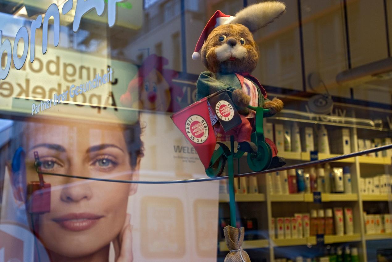 Im Schaufenster der Jungborn-Apotheke am Schulterblatt fährt der legendare FC St. Pauli-Hase seit Jahren unermüdlich auf dem Seil hin und her.