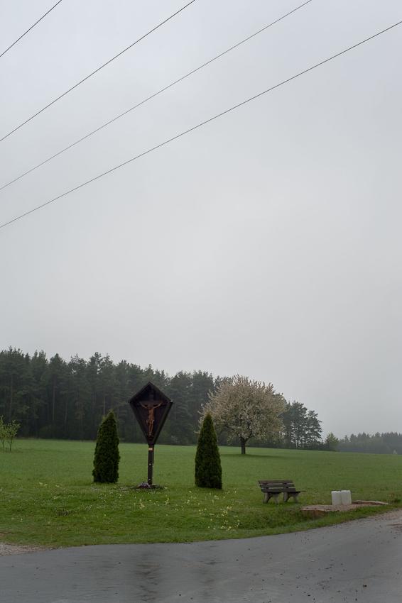 Ein Tag in dem 140-Einwohner-Dorf Laibarös. Ein Feldkreuz als Erinnerungsort.