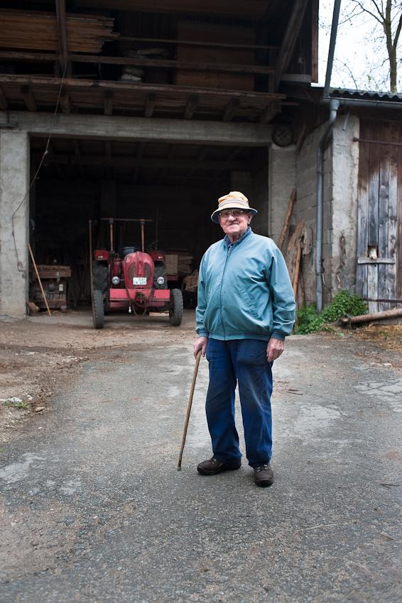 Ein Tag in dem 140-Einwohner-Dorf Laibarös. 85jähriger Bauer vor >>seinem<< Traktor