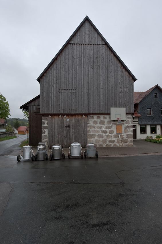 Ein Tag in dem 140-Einwohner-Dorf Laibarös. Die Milchproduktion eines Tages wartet auf die Abholung durch die Molkerei.
