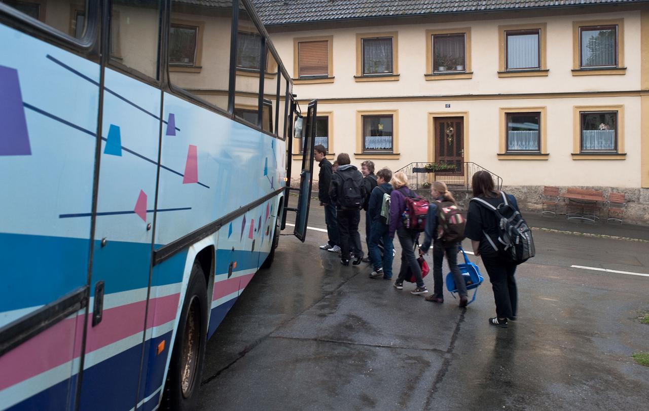 Ein Tag in dem 140-Einwohner-Dorf Laibarös. Der Schulbus aus den 80er Jahren bringt die Kinder in die Gesamtschule.
