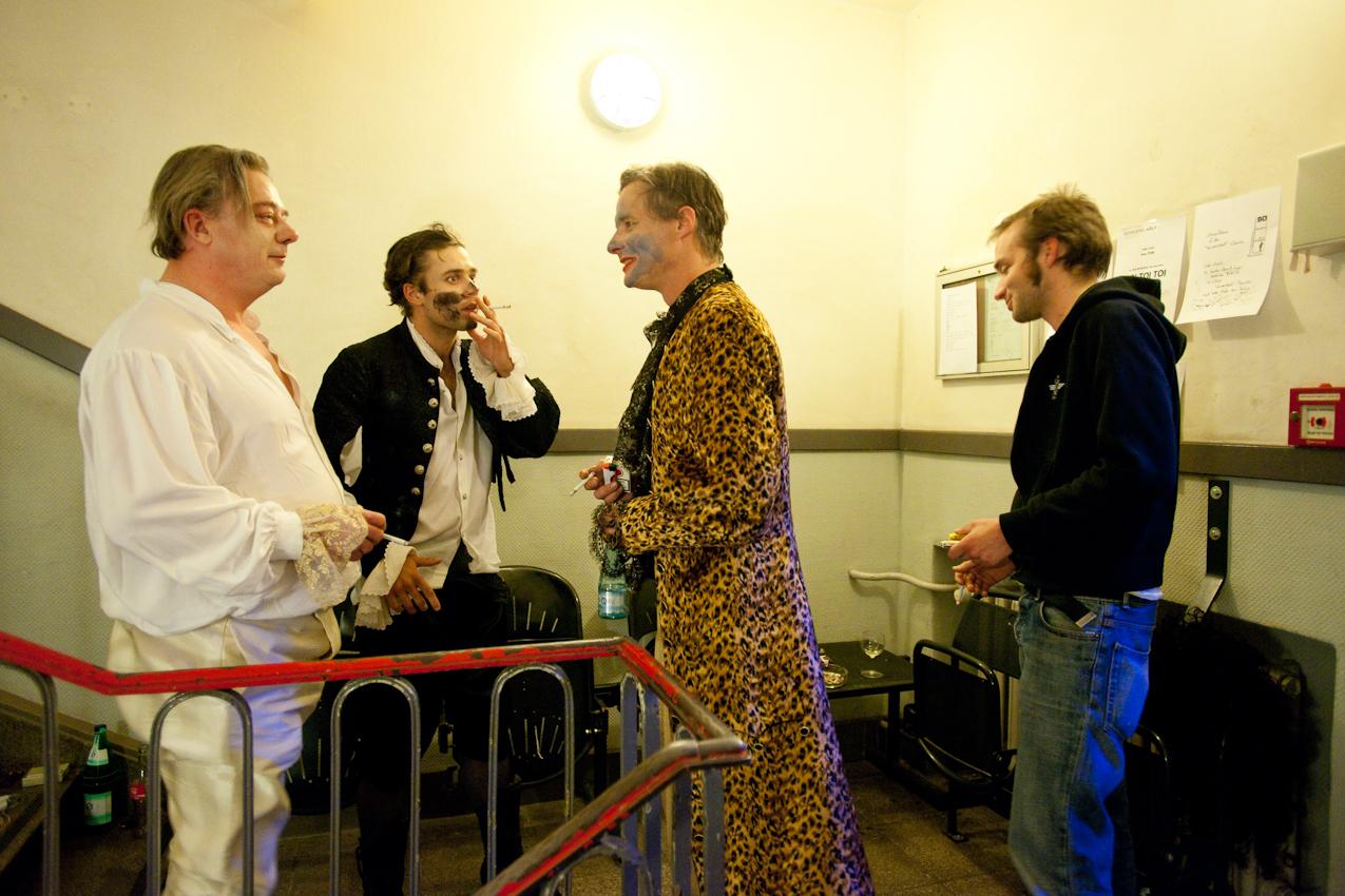 """Direkt nach der Vorstellung von """"Der Geizige"""" im Maxim Gorki Theater Berlin treffen sich für eine gemeinsame Zigarette im Treppenhaus (von links): die beiden Schauspieler Peter Kurth und Johann Jürgens, Musiker Jonas Landerschier und Regieassistent Johann Kuithan."""