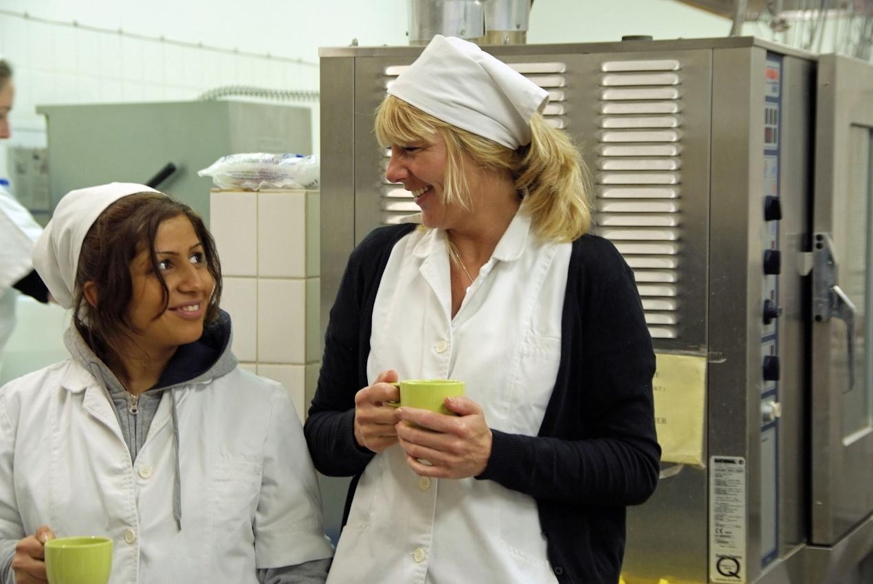 Kurz vor neun. Salat und Obst-Nachtisch sind fertig. Fetiye und Annette gönnen sich einen Kaffee vor der Frühstückspause. (alle Namen geändert)