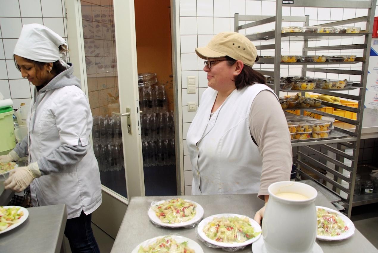 Fetiye kämpft ihre privaten Sorgen mit frechen Sprüchen nieder, während sie Salatteller in Folie verpackt. Viele der älteren Gäste nehmen freitags eine zweite Essensportion mit nach Hause. Fürs Wochenende. (alle Namen geändert)