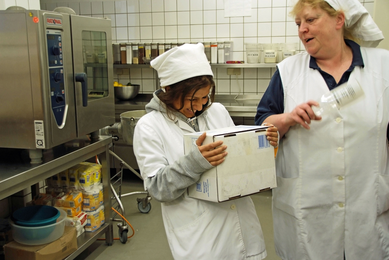 Die Jüngste des Teams hat schon wieder den Schalk im Nacken. Küchenchefin Sabine nimmt's mit Humor und übt sich in Geduld. In ein paar Stunden ist Wochenende. (alle Namen geändert)