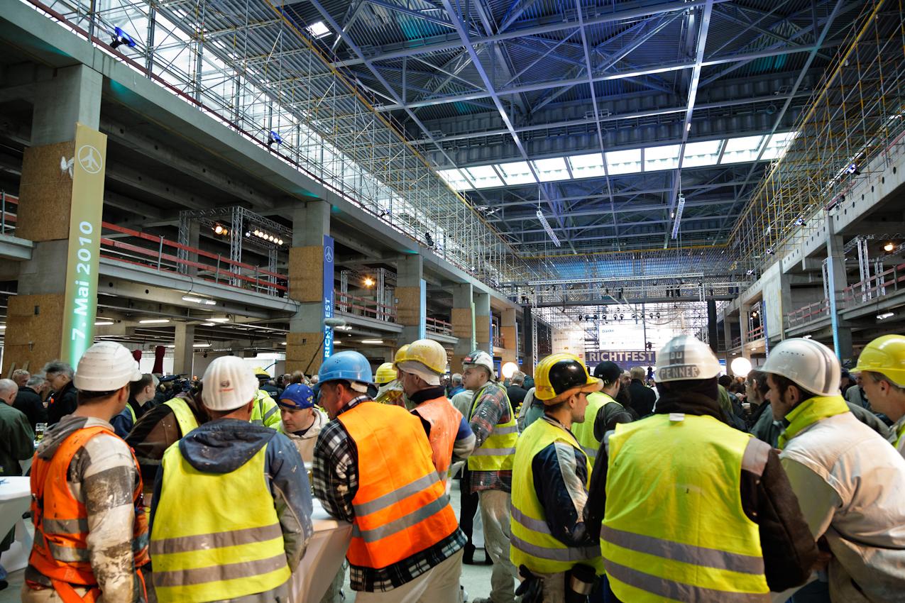 7 Mai 2010, Bauarbeiter beim Richtfest Flughafen Berlin Brandenburg International in Schoenefeld.