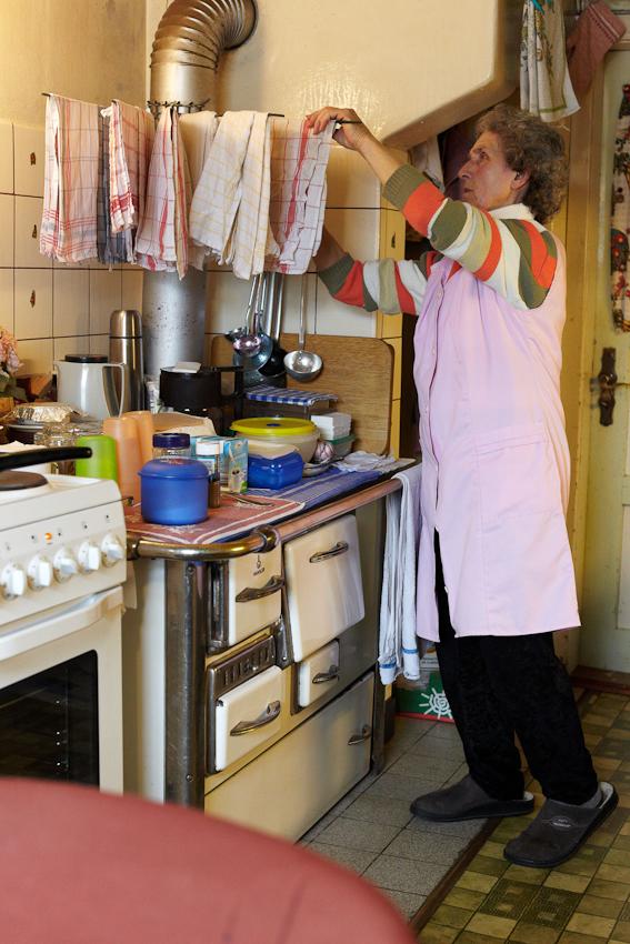 Sophie liebt Pink- und Pastellfarben. Dies sind die vorherrschenden Farbtöne in ihrer Küche. Darüber machen sich die erwachsenen Kinder manchmal lustig. Sie sagen, bei dir sieht es aus wie in einer Türkenküche.
