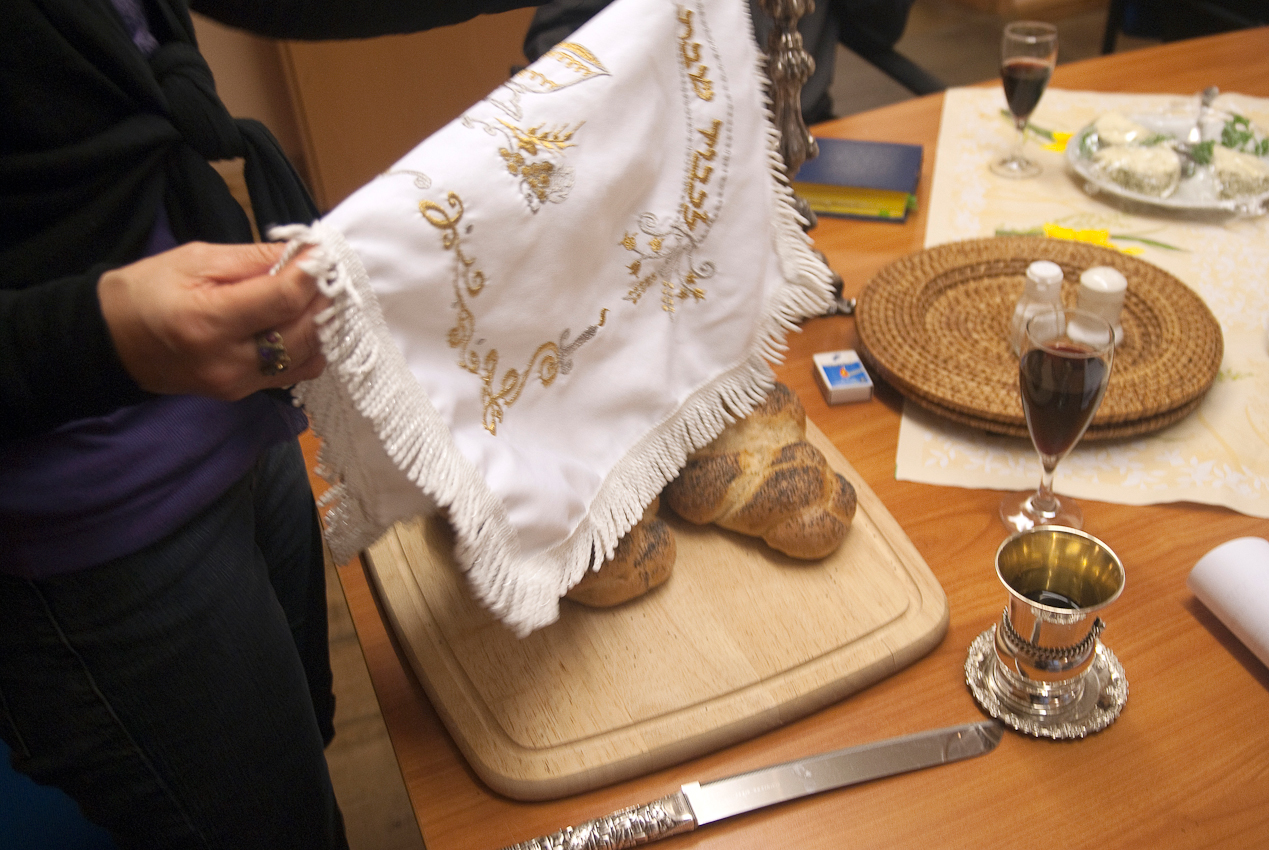 Mitglieder der jüdischen Gemeinde in Göttingen treffen sich am Freitagabend im Gemeindehaus gemeinsam mit Gästen zum Schabbes-Mahl. Nachdem die Kerzen entzündet sind, spricht die Vorsitzende der jüdischen Gemeinde, Jacqueline Jurgenliemk, den Segen über dem vollen Becher Wein. Sie schneidet die mit einem bestickten Tuch bedeckten Sabbatbrote an und reicht die Brotscheiben mit Salz weiter. Die jüdischen Gemeindeangehörigen feiern den Beginn des Sabbats mit Essen, Trinken und Plaudern in fröhlicher Runde.