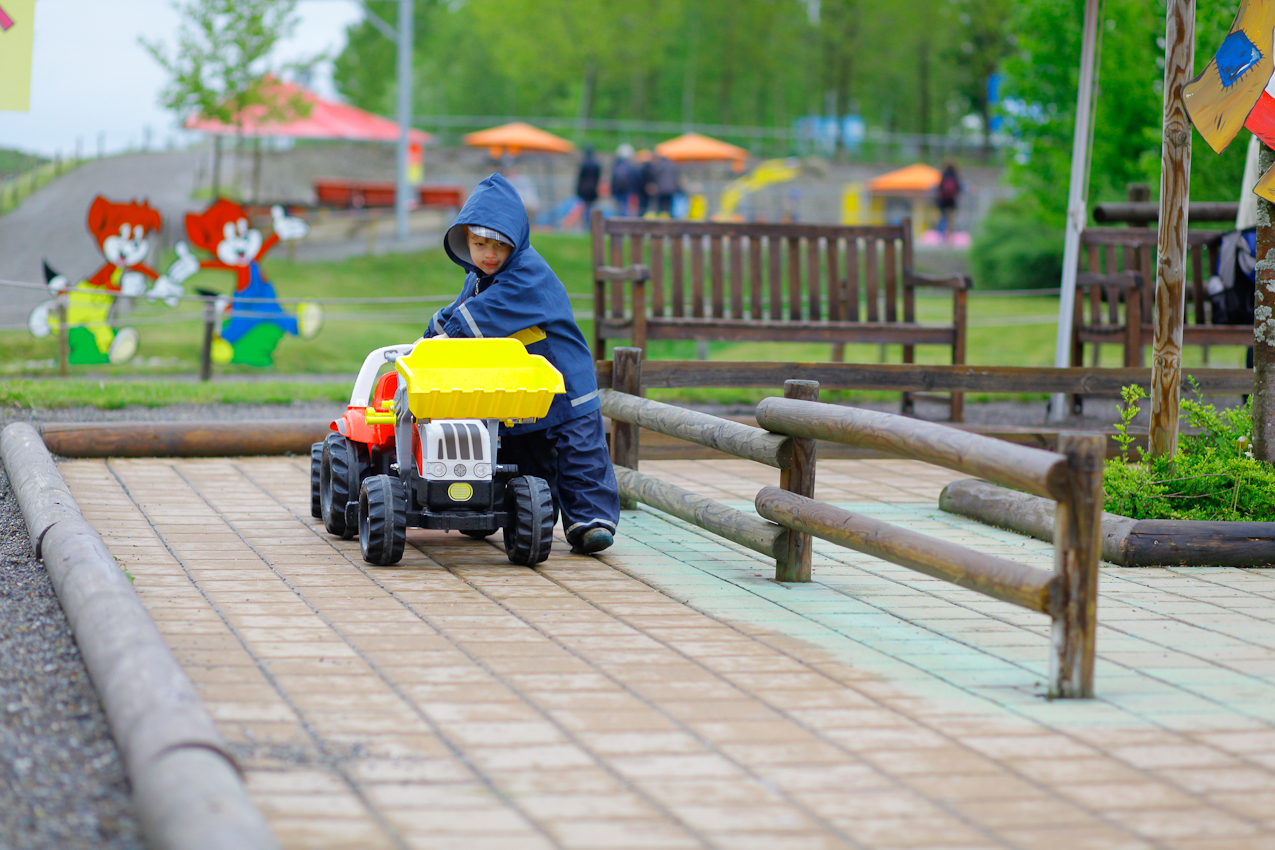 Ein Junge - regenfest eingekleidet - im Ravensburger Spieleland.