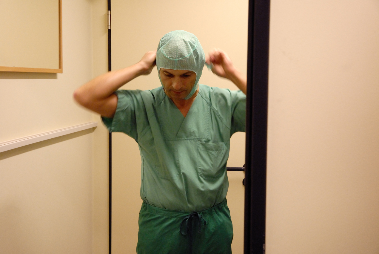 Der Orthopäde und Unfallchirurg Dr. Ulrich Böhling legt in der Reine-Schleuse sterile Arbeitskleidung an, bevor er den OP-Bereich betreten wird.