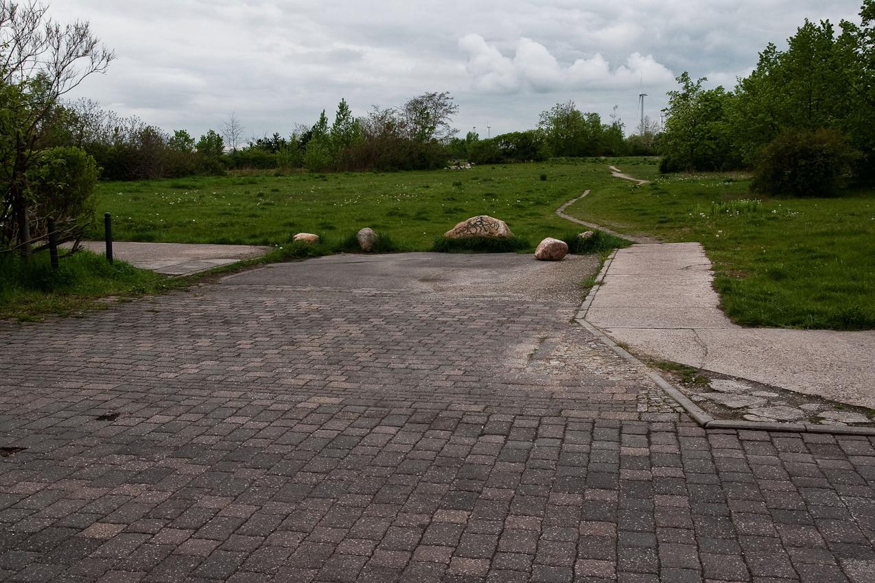 """Einfahrt in die Bobbauer Straße im ehemaligen Wohnkomplex 4-1 """"Nordring"""". Hier wurden in den letzten Jahren ca. 25 Wohnblöcke abgerissen, übrig geblieben ist ungenutztes Land."""