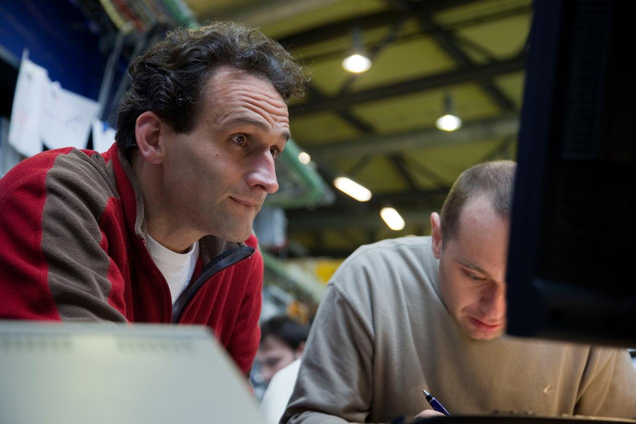 Ralf Feyerherm (links) wirft einen kritischen Blick auf die Messergebnisse, während Sergey Yakunin (rechts) mitschreibt.