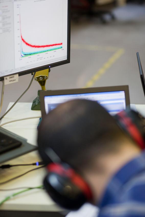 Der Wissenschaftler des IFW Dresden, Ferhat Katmis, bei einer Messung am Strahlrohr für Synchrotronstrahlung.