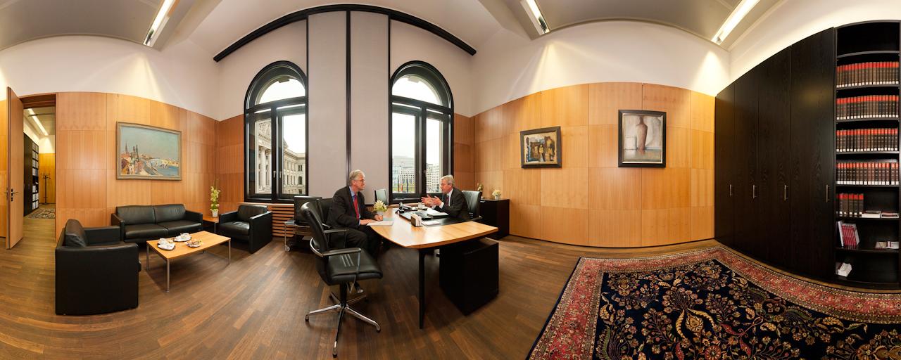 Der Präsident des deutschen Bundesrats, Jens Böhrnsen, SPD, bespricht einen Gesetzentwurf mit Hermann Kleen, Sprecher des Senats Bremen. Fotografiert mit 360-Grad-Panoramatechnik in seinem Büro im Bundesratsgebäude in Berlin, während einer Pause von einer Plenarsitzung, in der unter anderem das Rettungspaket fur Griechenland verabschiedet wurde.