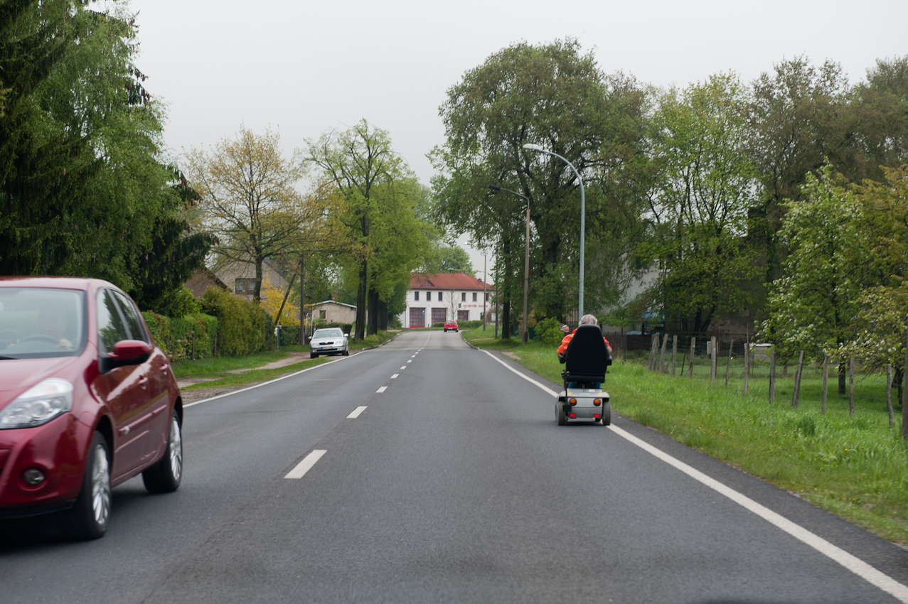 Mit Hochstgeschwindigkeit auf der Bundesstraße 109, Prenzlauer Straße, Krankenfahrzeug mit alter Dame in Basdorf, Kreis Barnim, Brandenburg.