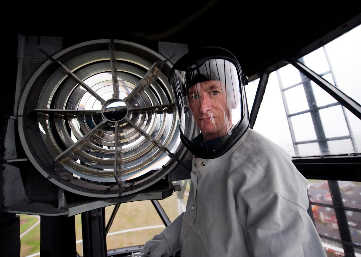 Helgoland; Land & Leute; Leuchturmwaerter Jens Row wechselt am Morgen das Leuchtmittel des Helgolaender Leuchtturms