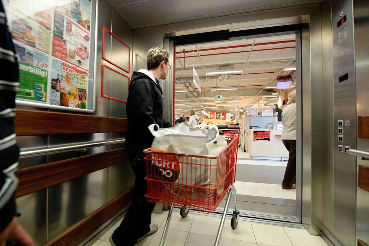 Werne a.d. Lippe, DEU, 07.05.10 - Ein junger Mann schiebt am Freitag, 7. Mai 2010, in Werne an der Lippe seinen Einkaufswagen aus dem Aufzug des Einkaufszentrums Groblinghoff.
