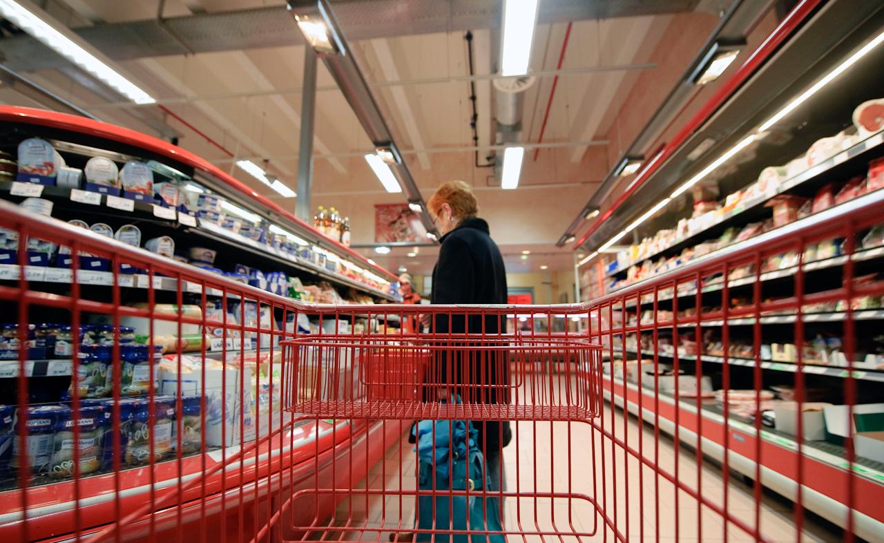 Werne a.d. Lippe, DEU, 07.05.10 - Ein ältere Frau steht am Freitag, 7. Mai 2010, in Werne an der Lippe im Einkaufszentrum Groblinghoff vor einer Kühltheke.