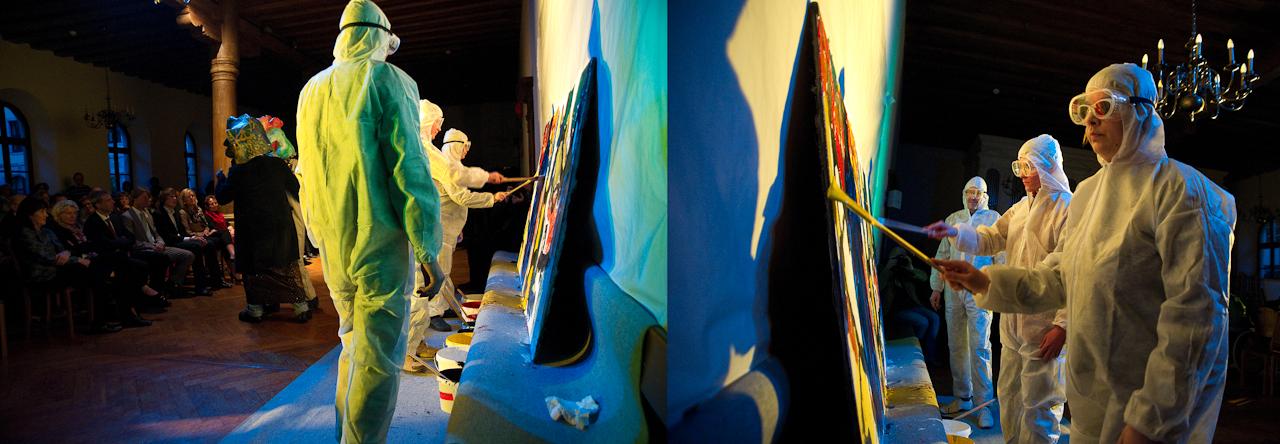 """Performance im Wichernhaus in Altdorf: Während drei Künstler mit Masken wortlos die Geschichte einer Dreierbeziehung """"erzählen"""", malen die anderen drei im Hintergrund gemeinsam ein Bild."""